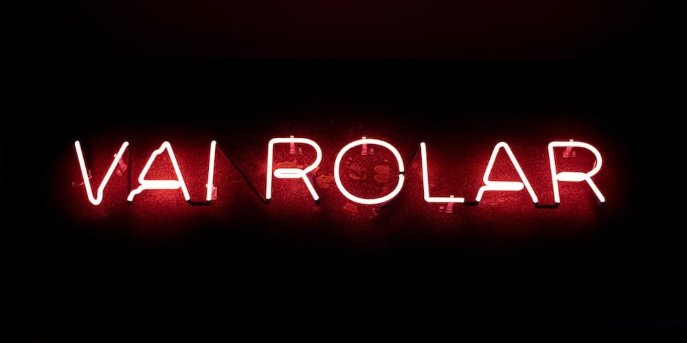 "A neon sign that says ""Vai Rolar"""